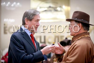 """2017 оны арваннэгдүгээр сарын 19. Монгол Улсын Ерөнхийлөгч Х.Баттулга зарлиг гаргаж олимпийн аваргын алт, мөнгө медальт жудо бөхийн тамирчин Найдангийн Түвшинбаярыг   """"Чингис хаан""""  одон хүртээлээ.    """"Чингис хаан"""" одон гардуулах ёслолд  УИХ-ын дарга М.Энхболд, Ерөнхий сайд У.Хүрэлсүх болон УИХ-ын гишүүд, Монгол Улсын анхны Ерөнхийлөгч П.Очирбат, Төрийн шагналт хөгжмийн зохиолч Б.Шарав, онд Монгол Улсын Ерөнхий сайд асан Д.Бямбасүрэн, төр, нийгмийн зүтгэлтэн Р.Гончигдорж,   УИХ-ын гишүүн асан Д.Дэмбэрэл,  нэрт эрдэмтэн, физикч Х.Намсрай,  Монгол Улсын Соёлын гавьяат зүтгэлтэн, нэрт зохиолч, яруу найрагч, Г.Мэнд-Ооёо,  Монгол Улсын гавьяат жүжигчин, дуурийн дуулаач Г.Ариунбаатар хүрэлцэн ирсэн байлаа.     Мөн Н.Түвшинбаярын аав н.Найдан, ээж н.Цэнд-Аюуш, гэргий нар Төрийн ёслол хүндэтгэлийн танхимд хүрэлцэн ирсэн байлаа.   Монгол Улсын Ерөнхийлөгч Х.Баттулга танхимд хүрэлцэн ирсний дараагаар Монгол Улсын төрийн дууллаар ёслолын ажиллагаа эхэллээ. Дараагаар нь Монгол Улсын Ерөнхийлөгч Х.Баттулга """"Монгол Улсын агуу суут хүн их эзэн Чингис хааны мэндэлсэний 855 жилийн ой, Монгол бахархлын өдрийн мэнд дэвшүүлье. Монголчууд бид үеийн үед их хааныхаа сүр сүлд, суу билгийг биширч явах болно. Чингис хаан бол амьдралын мөн чанарыг эрхэмлэдэг суу билэг хүн байлаа.    Өнөөдөр их хааны мэндэлсэн өдөр Найдангийн Түвшинбаярт """"Чингис хаан"""" одонг хүртээхээр шийдвэрлэлээ. Н.Түвшинбаяр ард түмнийхээ өмнө хариуцсан ажилдаа үнэнчээр зүтгэж, төр түмнийхээ өмнө хүлээсэн үүргээ үнэнчээр биелүүлсэн. Монгол ашид оршиж, Мөнх тэнгэр биднийг ивээг ээ хэмээлээ.   Ерөнхийлөгч Х.Баттулга Н.Түвшинбаярт """"Чингис хаан"""" одон хүртээх зарлигтаа """"Улс үндэстнийхээ өмнө үнэтэй гавьяа байгуулсныг нь өндрөөр үнэлснийг дурджээ.  Ийнхүү Монгол Улсын Ерөнхийлөгч Х.Баттулга олимпийн аварга, Н.Түвшинбаярт """"Чингис хаан"""" одон гардууллаа.    ГЭРЭЛ ЗУРГИЙГ  Б.БЯМБА-ОЧИР/MPA"""