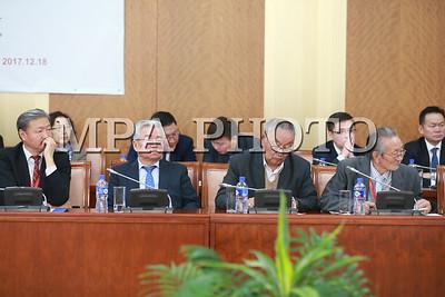 """2017 оны арванхоёрдугаар сарын 18.""""Монгол Улсын Үндсэн хуульд нэмэлт, өөрчлөлт оруулах онол-практикийн асуудлууд"""" эрдэм шинжилгээний хурал Төрийн ордонд өнөөдөр эхэллээ.ГЭРЭЛ ЗУРГИЙГ Б.БЯМБА-ОЧИР/MPA"""