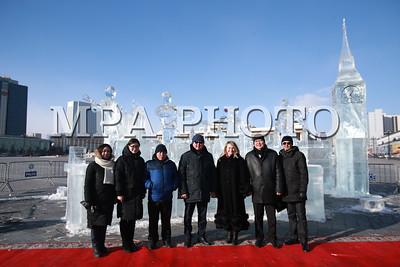 """2018 оны нэгдүгээр сарын 23. """"Битлз"""" хамтлаг, """"Биг Бэн"""" цаг, Парламентын ордон зэргийг мөсөөр урлан хотын захиргаанд гардууллаа. Энэ жил Монгол болон  Их Британи дипломат харилцаа тогтоосны 55 жилийн ой тохиож байгаа. Энэ хүрээнд хоёр орны соёлын солилцооны бэлгэ тэмдэг болгон   """"Битлз"""" хамтлаг, """"Биг Бэн"""" цаг, Парламентын ордон зэргийг мөсөөр урласнаа  Их Британий Элчин сайдын яам хотын захиргаанд хүлээлгэн өглөө.   ГЭРЭЛ ЗУРГИЙГ Б.БЯМБА-ОЧИР/MPA"""