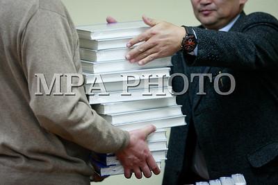 """2018 оны нэгдүгээр сарын 12. Монгол Улсын Архивын Ерөнхий газар, ШУА-ийн Түүх, Археологийн хүрээлэн, БНХАУ-ын ШУА-ийн Хил хязгаар, газар зүйн хүрээлэнтэй хамтран хэвлүүлсэн """"Зарилгаар Зарсан Хүрээнд сууж хэрэг шийтгэгч сайдын газарт холбогдох баримтын эмхэтгэл"""" 20 боть бүтээлийн нээлт бол.ГЭРЭЛ ЗУРГИЙГ Г.ӨНӨБОЛД /МРА"""