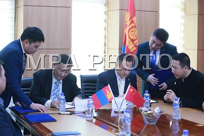 """2018 оны нэгдүгээр сарын 26. """"БНХАУ болон Монгол Улс хоорондын найрсаг харилцаа, хамтын ажиллагааны гэрээ""""-г хэрэгжүүлэх зорилгоор """"Хөдөө аж ахуйн бирж"""" ХХК нь БНХАУ-ын тэргүүлэх спот гэрээ арилжаалдаг Тяньжин Бохай биржтэй хамтран ажиллах гэрээнд гарын үсэг зурлаа. ГЭРЭЛ ЗУРГИЙГ Б.БЯМБА-ОЧИР/MPA"""