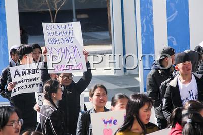 """2018 оны гуравдугаар сарын 08. Дорноговь аймгийн  Сайншанд.  Олон улсын эмэгтэйчүүдийн эрхийг хамгаалах өдөр буюу гуравдугаар сарын 08-нд  """"Нэг тэрбумаараа тэмцье"""" тайван жагсаал Дорноговь аймгийн төв Сайншанд хотод боллоо. Тайван жагсаалыг охид эмэгтэйчүүдийн эсрэг үйлдэгдэж буй бүхий л хэлбэрийн хүчирхийллийг таслан зогсооход олон нийтийн оролцоог нэмэгдүүлэх, хүчирхийллийн эсрэг хамтдаа дуу хоолойгоо хүргэх зорилгоор Дорноговь аймагт идэвхтэй үйл ажиллагаа явуулдаг """"Дорнын манлайлагч залуус"""" ТББ-аас  зохион байгуулсан бөгөөд Дорноговь аймгийн Гэр бүл, Хүүхэд, Залуучуудын хөгжлийн газар, АШУҮИС-ийн Дорноговь аймаг дахь салбар сургууль, МСҮТ-ийн 70 гаруй оюутан залуус дэмжиж хамтран оролцсон юм.Залуучууд, оюутнууд нийгэмд  гарч буй хүчирхийллийн эсрэг өөрийн дуу хоолойгоо бичсэн плакат, зурагт хуудас болон бусад уриа лоозон барьж Сайншанд хотын Хүүхдийн ордноос баруун тийш  төв зам дагуу  """"Алтан говь"""" худалдааны төв хүртэл алхсан.""""Нэг тэрбумаараа тэмцье"""" тайван жагсаал нь 2013 оноос эхлэн олон улсад өрнүүлж буй томоохон хөдөлгөөн бөгөөд энэ үйл ажиллагаагаар дамжуулан дэлхийн нэг тэрбум охид эмэгтэйчүүд болон тэднийг хайрладаг дэмждэг хүмүүсийн хамтын хүчээр хүчирхийллийг таслан зогсоох, бодлого тодорхойлогчдод нөлөөлөх зорилготой аж. Дорноговь аймаг энэ хөдөлгөөнд анх удаагаа оролцож байгаа нь энэ аж.Дорноговь Монгол Улсын зүүн өмнөд хилийн аймаг бөгөөд улсын эдийн засгийн бараа эргэлтийн 70 гаруй хувийг дангаараа хангадаг олон улсын зэрэглэлтэй  Замын-Үүдийн томоохон боомт  хоттой, худалдаа арилжаа хөгжсөн чухал суурин газар юм. ГЭРЭЛ ЗУРГИЙГ Б.БЯМБА-ОЧИР/MPA"""