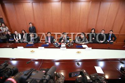 2018 оны нэгдүгээр сарын 05. ХНХЯ, Монголбанк, арилжааны банкууд тэтгэвэр барьцаалсан зээлийн нөхцөлийг сайжруулах зорилгоор хамтран ажиллах тухай харилцан ойлголцлын санамж бичигт гарын үсэг зурах ёслол боллоо.     Арга хэмжээнд ХНХ-ын сайд Ч.Чинзориг, Монголбанк, Хаан банк, Төрийн банкны удирдлагууд оролцож, санамж бичигт гарын үсэг зурлаа.  ГЭРЭЛ ЗУРГИЙГ Б.БЯМБА-ОЧИР/MPA
