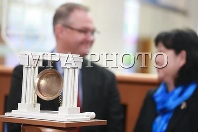 """2018 оны гуравдугаар сарын 07. Монголын хөрөнгийн биржийн байранд """"Жендерийн тэгш байдлын төлөө"""" хонх цохих арга хэмжээ болж байна. Энэхүү арга хэмжээнд МҮХАҮТ, Хөрөнгийн бирж болон эмэгтэйчүүдийн зөвлөл холбоодын төлөөлөл оролцлоо.     Монголын хөрөнгийн биржийн захиргаа санхүүгийн газрын захирал н.Дөл-Эрдэнэ """"Энэхүү арга хэмжээ нь Олон улсын эмэгтэйчүүдийн эрхийг хамгаалах өдрийг тохиолдуулан дэлхийн 59 хөрөнгийн биржид нэгэн зэрэг явагддаг. Манай улс энэхүү цан цохих ёслолын үйл ажиллагааг хоёр дахь жилдээ зохион байгуулж байна"""" гэв.. ГЭРЭЛ ЗУРГИЙГ Б.БЯМБА-ОЧИР/MPA"""
