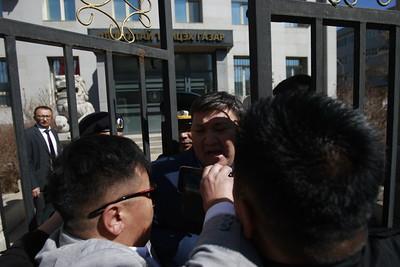 """2019 оны дөрөвдүгээр сарын 29. """"Босоо хөх Монгол"""", Нэхүүл болон """"Манан дэглэмийн эсрэг монгол түмний нэгдэл"""" ТББ-ууд АТГ-ын дарга Х.Энхжаргалыг огцруулах жагсаал зохион байгууллаа."""