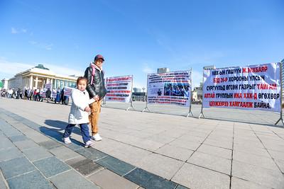 """2019 оны аравдугаар сарын 21.  """"Монгол тэмүүлэл"""" сургуулийн сурагчдын эцэг, эхчүүд жагсаал зохион байгуулж, Eрөнхийлөгч, УИХ-ын дарга, Eрөнхий сайд, УИХ-ын өргөдлийн байнгын хорооны дарга, бас Нийслэлийн Засаг даргад шаардлага хүргүүллээ. ГЭРЭЛ ЗУРГИЙГ Б.БЯМБА-ОЧИР/MPA"""