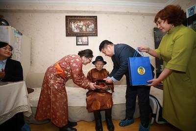2020 оны нэгдүгээр сарын 08.  Монгол Улсын Хүн ам, орон сууцны 11 дэх удаагийн улсын ээлжит тооллого орон даяар нэгэн зэрэг эхэллээ. Энэ удаагийн тооллого нь бүртгэлд суурилсан, уламжлалт гэсэн хосолмол аргаар явагдаж байгаагаараа онцлогтой юм. Уламжлалт буюу тоологч тооллогын асуулгын хуудсаар мэдээлэл цуглуулах ажил өнөөдөр 08.00 цагт эхэллээ. Хүн ам, орон сууцны тооллого энэ сарын 15-ны өдрийн 22:00 цагт дуусах юм. Энэ удаагийн  тооллогоор нийслэлийн хэмжээнд 500 тоологч, 128 шалгагч ажиллаж байна.  Хүн ам, орон сууцны Улсын ээлжит тооллогыг явуулснаар засаг захиргааны анхан шатны нэгжийн түвшинд ард түмнийхээ аж байдлыг өрх, иргэн бүрээр тодорхойлж, өнгөрсөн 10 жилийн ололт, амжилтыг дүгнэх, ирэх жилүүдийн бодлого хөтөлбөрийг төлөвлөх суурь мэдээллийг бий болгох чухал ач холбогдолтой юм. ГЭРЭЛ ЗУРГИЙГ М.НЯМСАЙХАН/MPA