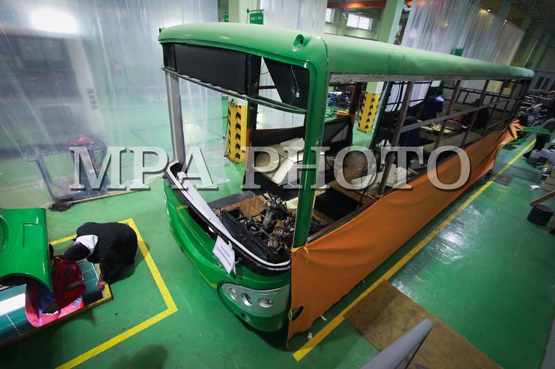 """Монгол улс, Улаанбаатар хот. 2014 оны 1 дүгээр сарын 15. Монгол инжнерүүд анх удаа эко автобус үйлдвэрлэлээ.  Уг автобус нь  J-800T маркийн """"Евро-4"""" хөдөлгүүрийн стандарттай, намхан шалтай, портал тэнхлэгтэй аж.  Тус автобус нь манай улсын уур амьсгалд тохирсон төдийгүй өөр олон давуу талтай гэнэ. MPA PHOTO/ Б.БЯМБА-ОЧИР"""