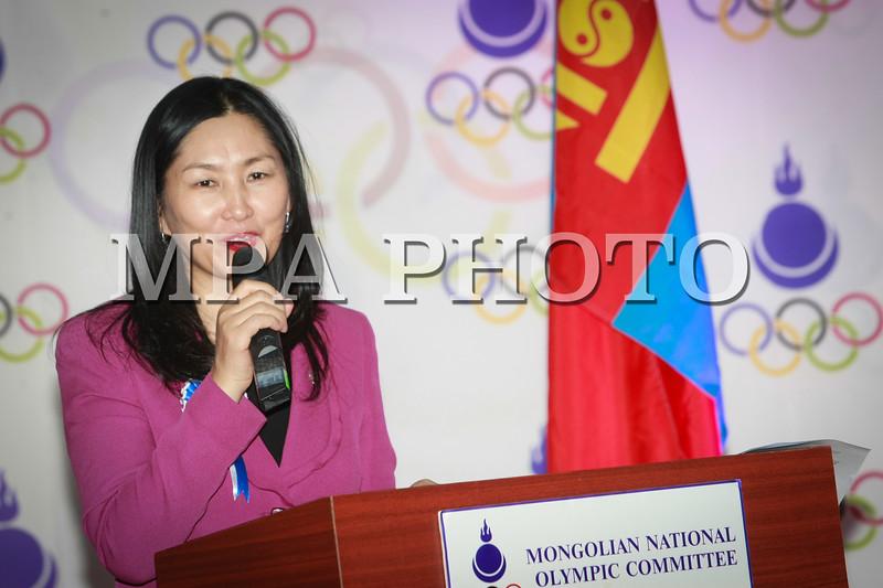 Монгол Улс, Улаанбаатар хот. 2014 оны 1 дүгээр сарын 24. Олимпийн хорооны байранд Сочигийн өвлийн олимпод оролцох баг тамирчдад төрийн далбаа, хувцас, хэрэглэл гардуулна өглөө.MPA PHOTO/ Б.БЯМБА-ОЧИР