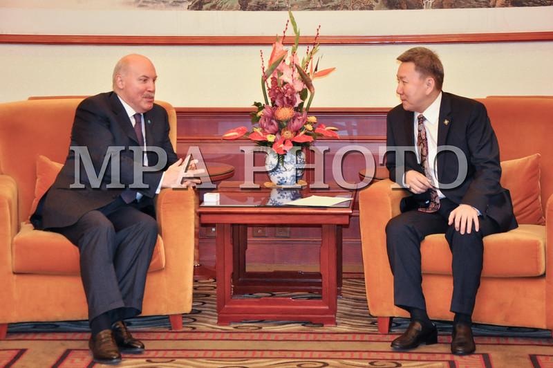 """Монгол Улс, Улаанбаатар хот. 2014 оны 1 дүгээр сарын 18. Монгол Улсын Гадаад харилцааны сайд Л.Болд БНХАУ-д хийж буй албан ёсны айлчлалынхаа хүрээнд 2014 оны 1 дүгээр сарын 17-ны өдөр БНХАУ-ын дэд дарга Ли Юаньчаод бараалхлаа. Энэ үеэр хоёр орны харилцаа, хамтын ажиллагаа амжилттай хөгжиж байгаад сэтгэл хангалуун байгаагаа хоёр тал тэмдэглэж, цаашид улс төр, эдийн засаг, соёл, хүмүүлэгийн болон бусад салбарт хамтран ажиллах болон бүс нутаг, олон улсын үйл ажиллагаан дахь хоёр талын хамтын ажиллагааны тодорхой асуудлуудаар  санал солилцов. <br /> БНХАУ-ын дэд дарга Ли Юаньчао уулзалтын үеэр хэлэхдээ """"БНХАУ-ын зүгээс хөрш орнуудтайгаа, түүний дотор Монгол Улстай тогтоосон харилцаандаа түлхүү анхаарч, илүү дотно, чин сэтгэлийн, харилцан ашигтай, хүртээмжтэй байх бодлого баримтлахаа илэрхийлэв. Гадаад харилцааны сайд Л.Болд хэлэхдээ """"Монгол Улсын Засгийн газар Хятадын талтай нягт хамтран ажиллаж, хоёр орны стратегийн түншлэлийн харилцааг шинэ агуулгаар  баяжуулан гүнзгийрүүлэхийн төлөө байна"""" гэв.<br /> Мөн тэрээр БНХАУ-ын Төрийн зөвлөлийн гишүүн Ян Жэчитэй уулзав. Уулзалтын үеэр хоёр орны харилцаа, хамтын ажиллагааны өргөн хүрээтэй асуудлыг хөндөнбүс нутаг, олон улсынхарилцан сонирхсон асуудлуудаар ярилцав. <br /> Айлчлалын хүрээнд Гадаад харилцааны сайд Л.Болд Шанхайн хамтын ажиллагааны байгууллагын (ШХАБ) Ерөнхий нарийн бичгийн дарга Д.Ф.Мезенцевтэй уулзав. Монгол Улс бүс нутгийн олон талт хамтын ажиллагааны энэ байгууллагатай цаашид ч идэвхтэй хамтран ажиллах эрмэлзэлтэй байгаагаа сайд Л.Болд илэрхийлээд ШХАБ-ын үйл ажиллагааны өнөөгийн байдлын талаар санал солилцсон юм. <br /> Гадаад харилцааны сайд Л.Болд мөн өдөр Бээжин хотоосМонгол Улсад хавсран суугаа гадаад орнуудын Элчин сайд нарыг хүлээн авч уулзан Монгол Улсын өнөөгийн байдал, гадаад бодлогын зорилтуудын талаар танилцуулав. Уулзалтад 40 гаруй орны Элчин сайд нар оролцсон юм. <br /> Түүнчлэн сайд Л.БолдХятадын үндэсний түүхийн музейг үзэж сонирхон,""""Ching daily"""" сонин, Phoenix телевизэд ярилцлага өглөө.<br />"""