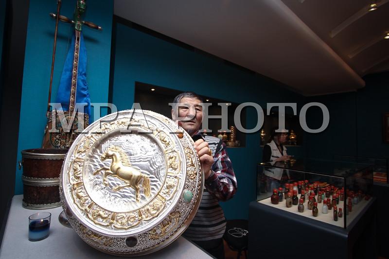 """Монгол улс, Улаанбаатар хот. 2014 оны 1 дүгээр сарын 15. Хөөрөг, үнэт эдлэлийн үзэсгэлэн худалдаа өчигдөр """"Арт хаус"""" төвийн гурван давхарт нээгдлээ. Морь жил гарч байгаа болохоор үзэсгэлэнгээ """"Морин жилийн өнгө"""" хэмээн нэрлэсэн аж. Үзэсгэлэнд хаш, мана, гартаам, чүнчигноров, пийсүү гээд төрөл бүрийн үнэт  чулуун хөөрөг тавьжээ. Хамгийн эртнийх нь XVIII зууны эхэн түүнээс хойш XVIII зууны дунд, сүүл үе, XIX, XX зуунд урласан ховор нандин хөөрөг ч байсан. Хөөрөгнөөс гадна ур хийцтэй алт, мөнгөн аяга, идээний таваг янз бүрийн сонголттой байв. <br /> """"Морин жилийн өнгө"""" үзэсгэлэн худалдаанд байгаа хөөрөгнүүд  5-300 сая төгрөгийн үнэтэй ажээ. Үзэсгэлэн худалдаа битүүний өдөр буюу энэ сарын 30 хүртэл үргэлжлэх юм.                                                                 MPA PHOTO/ Ц.МЯГМАРЖАРГАЛ"""