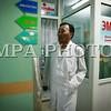 Монгол улс, Улаанбаатар хот. 2013 оны 10 дугаар сарын 30. ГССҮТ-д хуралдаж буй Эрүүл мэндийн сайдын зөвлөлийн хурал үргэлжилж байна. Шударга бусаар, сонгон шалгаруулалт явуулалгүйгээр тус эмнэлгийн даргаар Ц.Энхбаярыг томилсныг эсэргүүцэж, өнгөрсөн есдүгээр сараас эсэргүүцлийн арга хэмжээгээ эхлүүлсэн ГССҮТ-ийн эмч нар яг одоо сайдын зөвлөлийн хурал үргэлжилж буй танхимын гадна жагсч байна. Тус эмнэлгийн 30 эмч, сувилагч, ажилтан өнгөрсөн есдүгээр сарын 30-нд ажлаас халагдах өргөдлөө эмнэлгийн удирдлагад хүргүүлсэн бөгөөд аравдугаар сарын 30 буюу өнөөдрийн дотор ГССҮТ-ийн даргын томилгоог цуцлахгүй бол ажил хаялт зохион байгуулна гэдгээ мэдэгдээд байгаа юм. ГЭРЭЛ ЗУРГИЙГ БЯМБАСҮРЭНГИЙН БЯМБА-ОЧИР
