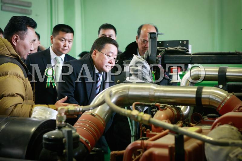 """Монгол улс, Улаанбаатар хот. 2014 оны 1 дүгээр сарын 16. Монголд анх удаа """"Экобус"""" ХХК автомашины үйлдвэр байгуулж байгаль орчинд ээлтэй Евро-4 стандарт бүхий том оврын автобус үйлдвэрлэж эхэллээ. Тус үйлдвэрийн нээлт өнөөдөр болов. """"Экобус"""" ХХК-г """"Номин Холдинг"""" ХХК-ийн хөрөнгө оруулалтаар байгуулжээ. Уг автомашины үйлдвэрт үндэсний стандартын шаардлага хангасан Евро-4 стандартын байгаль орчинд ээлтэй J-800 цувралын эко дизель хөдөлгүүртэй утаагүй автобусыг үйлдвэрлэж эхлээд байна. Автобусны урд хаалганы хэсэгт төлбөрийн цахим карт унших боломжийг шийдэж өгчээ. Үйлдвэр жилдээ 120 ширхэг автобус үйлдвэрлэх хүчин чадалтай юм байна.<br /> <br /> """"Экобус"""" ХХК-ийн автомашины үйлдвэрийн нээлтэд Монгол Улсын Ерөнхийлөгч Ц.Элбэгдорж, Ерөнхийлөгчийн зөвлөх Л.Эрхэмбаяр нар оролцлоо.                  MpA PHOTO/ Б.БЯМБА-ОЧИР"""