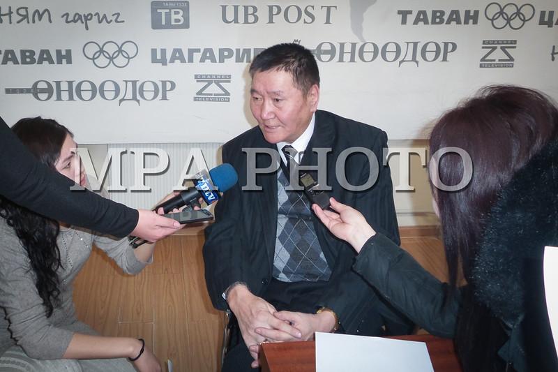 """Монгол Улс, Улаанбаатар хотн. 2014 оны 1 дүгээр сарын 21.  """"Энэ сарын 23-наас нийтийн тээврээр зорчих тасалбарын үнийг 500 төгрөг болгоно"""" гэж Том оврын автобусны үйлчилгээ эрхлэгчдийн холбооны тэргүүн Т.Пүрэвсамбуу өнөөдөр мэдээллээ.<br /> Шалтгаан нь автобус компаниуд нэг хүнд 400 төгрөгөөр үйлчилснээр 146 төгрөгийн алдагдал хүлээж байгаа гэнэ. Өөрөөр хэлбэл одоогийн байдлаар 23 тэрбум төгрөгийн алдагдалтай ажиллаж байгаа аж.<br /> <br />  <br /> Иймд зорчих тасалбарын үнийг 500 болгож нэмэгдүүлэхээс аргагүй тухай Том оврын автобусны үйлчилгээ эрхлэгчдийн холбооны дэд тэргүүн Н.Доржготов дурдлаа. Уг нь бол 600 төгрөг болгох шаардлага байгаа ч ард иргэдийнхээ нөхцөл байдлыг харгалзан үзэж, ийнхүү 500 төгрөгт тогтжээ.<br /> Хэдийгээр 100 төгрөг нэмж байгаа ч энэ нь алдагдал нөхөх хэмжээний үр дүнд хүрэхгүй гэдгийг тэд онцолсон юм. Түүнчлэн Нийслэлийн тээврийн газартай хийсэн гэрээнд """"Том хүн 400 төгрөг, хүүхэд 200 төгрөгөөр тээвэрлэнэ"""" гэж тусгасан бөгөөд уг заалт нь 2013 оны 12 дугаар сарын 23-нд дуусгавар болсон гэнэ.<br /> MPA PHOTO/ Б.БЯМБА-ОЧИР"""