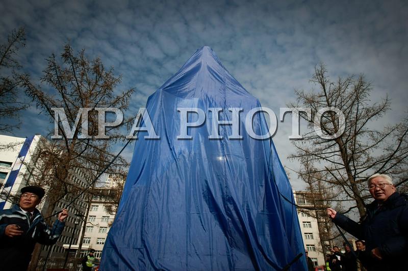 """Монгол улс, Улаанбаатар хот. 2013 оны 10 дугаар сарын 29. Нийслэлийн засаг дарга Э.Бат-Үүл их зохиолч Д.Нацагдоржийн хөшөөний бүрхэвчийг нь авч байна. Нийслэлийн ИТХ-ын Тэргүүлэгчдийн 2013 оны9-рсарын 4-ний өдрийн 103 дугаар тогтоолын дагуу Монголын орчин үеийн утга зохиолыг үндэслэгч Дашдоржийн Нацагдоржийн хөшөөг нүүлгэн шилжүүлж, Монгол-Туркийн цэцэрлэгт хүрээлэнд байрлууллаа. Хөшөөг шинэ байршилд нь  залах ёслолын ажиллагаанд нийслэлийн Удирдлагууд, Монголын утга, уран зохиолын салбарын төлөөлөл, ахмад уран бүтээлчид, иргэд оролцлоо. Үндэсний соёл амралтын хүрээлэнд байрлаж байсан уг хөшөөг уран барималын шилдэг шийдлийг тусгасан ховор бүтээлүүдийн нэг хэмээн үздэг ч байшин, барилгаар хүрээлэгдэн үзэгдэх орчин болон хамгаалалт нь алдагдсан байсан юм. Ёслолын ажиллагааны үеэр нийслэлийн Засаг дарга """"Өнөөдөр бид Монголын соёлыг үндэслэгч, Их зохиолч Д.Нацагдоржийн хөшөөг МУБИС, оюутан, багш нар, Оюутны хотхонтой ойртуулж, нийслэлийнхээ хойморьт залж байна. Түүний Монголын утга зохиолын салбар, соён гэгээрүүлэх үйлсэд оруулсан хувь нэмрийг Монголын ард түмэн үеийн үед дуурсах учиртай билээ. Нэрт яруу найрагч Р.Чойном """"Д.Нацагдоржийн хөшөөний дэргэд"""" шүлгэндээ уг хөшөөний тухай харууслын сэтгэгдлээ шингээсэн байдаг. Өнөөдөр Их зохиолчийн хөшөө түүний хүсэж байсан шиг Нийслэлийнхээ хойморьт өнгө зүсээ сайжруулан, заларч байгааг нэрт яруу найрагч маань тэнгэрээс хараад нийслэлчүүд бидэнд талархаж байгаа болов уу гэж бодож байна. Энэ ажлыг хариуцан хийсэн Н.Нацагдорж даргатай нийслэлийн Ерөнхий төлөвлөгөөний газрын хамт олонд та бүхнийхээ өмнөөс талархал илэрхийлье.Харин Их зохиолчийн хөшөө байсан хуучин талбайг уран бүтээлчдийн талбай болгон тохижуулах гэж байгаа гэдгийг дуулгахад таатай байна"""" гэлээ. Ёслолын ажиллагаанд хүрэлцэн ирсэн уран бүтээлчдийг төлөөлж МУСГЗ, яруу найрагч, сэтгүүлч Ү.Хүрэлбаатар """"Өнөөдөр Монголын яруу найрагчдад маш сайхан үйл явдал тохиож байна. Бидний хайртай Их зохиолч Д.Нацагдоржийн маань хөшөө нийслэлийн хойморьт заларч байгаад туйлаас их"""