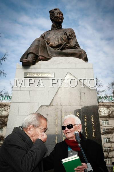 """Монгол улс, Улаанбаатар хот. 2013 оны 10 дугаар сарын 29.  Ардын уран зохиолч П.Бадарч үг хэлж байна. Нийслэлийн ИТХ-ын Тэргүүлэгчдийн 2013 оны9-рсарын 4-ний өдрийн 103 дугаар тогтоолын дагуу Монголын орчин үеийн утга зохиолыг үндэслэгч Дашдоржийн Нацагдоржийн хөшөөг нүүлгэн шилжүүлж, Монгол-Туркийн цэцэрлэгт хүрээлэнд байрлууллаа. Хөшөөг шинэ байршилд нь  залах ёслолын ажиллагаанд нийслэлийн Удирдлагууд, Монголын утга, уран зохиолын салбарын төлөөлөл, ахмад уран бүтээлчид, иргэд оролцлоо. Үндэсний соёл амралтын хүрээлэнд байрлаж байсан уг хөшөөг уран барималын шилдэг шийдлийг тусгасан ховор бүтээлүүдийн нэг хэмээн үздэг ч байшин, барилгаар хүрээлэгдэн үзэгдэх орчин болон хамгаалалт нь алдагдсан байсан юм. Ёслолын ажиллагааны үеэр нийслэлийн Засаг дарга """"Өнөөдөр бид Монголын соёлыг үндэслэгч, Их зохиолч Д.Нацагдоржийн хөшөөг МУБИС, оюутан, багш нар, Оюутны хотхонтой ойртуулж, нийслэлийнхээ хойморьт залж байна. Түүний Монголын утга зохиолын салбар, соён гэгээрүүлэх үйлсэд оруулсан хувь нэмрийг Монголын ард түмэн үеийн үед дуурсах учиртай билээ. Нэрт яруу найрагч Р.Чойном """"Д.Нацагдоржийн хөшөөний дэргэд"""" шүлгэндээ уг хөшөөний тухай харууслын сэтгэгдлээ шингээсэн байдаг. Өнөөдөр Их зохиолчийн хөшөө түүний хүсэж байсан шиг Нийслэлийнхээ хойморьт өнгө зүсээ сайжруулан, заларч байгааг нэрт яруу найрагч маань тэнгэрээс хараад нийслэлчүүд бидэнд талархаж байгаа болов уу гэж бодож байна. Энэ ажлыг хариуцан хийсэн Н.Нацагдорж даргатай нийслэлийн Ерөнхий төлөвлөгөөний газрын хамт олонд та бүхнийхээ өмнөөс талархал илэрхийлье.Харин Их зохиолчийн хөшөө байсан хуучин талбайг уран бүтээлчдийн талбай болгон тохижуулах гэж байгаа гэдгийг дуулгахад таатай байна"""" гэлээ. Ёслолын ажиллагаанд хүрэлцэн ирсэн уран бүтээлчдийг төлөөлж МУСГЗ, яруу найрагч, сэтгүүлч Ү.Хүрэлбаатар """"Өнөөдөр Монголын яруу найрагчдад маш сайхан үйл явдал тохиож байна. Бидний хайртай Их зохиолч Д.Нацагдоржийн маань хөшөө нийслэлийн хойморьт заларч байгаад туйлаас их талархаж байна. Анх хөшөөг хуучин сууринаас нь ш"""