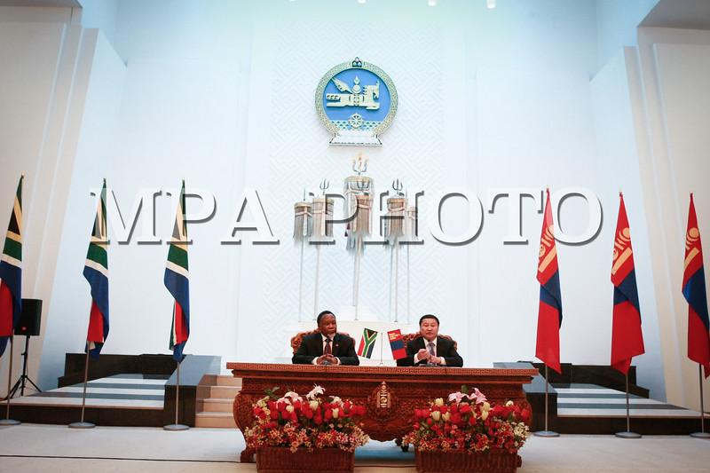 Монгол улс, Улаанбаатар хот. 2013 оны 10 дугаар сарын 31. Монгол Улсын Ерөнхий сайд Н.Алтанхуяг, Өмнөд Африкийн  Бүгд Найрамдах Улсын Дэд Ерөнхийлөгч Эрхэмсэг ноён Кгалема Мотланте нар сэтгүүлчдэд мэдээлэл хийж байна.  Монгол Улсын Ерөнхий сайд Норовын Алтанхуягийн урилгаар Өмнөд Африкийн  Бүгд Найрамдах Улсын Дэд Ерөнхийлөгч Эрхэмсэг ноён Кгалема Мотланте 10 дугаар сарын 30-наас 11 дүгээр сарын 01-нд Монгол Улсад  албан ёсны айлчилж байна.<br /> <br /> Монгол Улс, Өмнөд Африкийн Бүгд Найрамдах Улстай 1994 онд дипломат харилцаа тогтоосон бөгөөд энэхүү айлчлал нь тус улсаас Монгол Улсад хийж буй анхны дээд түвшний айлчлал юм.<br /> Айлчлалын хүрээнд Өмнөд Африкийн Дэд Ерөнхийлөгч К.Мотланте Монгол Улсын Ерөнхий сайд Н.Алтанхуягтай албан ёсны хэлэлцээ хийж, Монгол Улсын Ерөнхийлөгч Ц.Элбэгдоржид бараалхана. Мөн Монгол Улсын Их дарга З.Энхболд Дэд Ерөнхийлөгчийг хүлээн авч уулзана.  <br /> Энэхүү айлчлал нь Монгол, Өмнөд Африкийн хоёр талын харилцаанд нэгэн шинэ хуудас нээхээс гадна Африк тивийн бусад оронтой хөгжүүлж буй харилцаа, хамтын ажиллагааг шинэ шатанд гаргах, олон улсын тавцанд Африкийн орнуудтай хамтын ажиллагааг бэхжүүлэх ач холбогдолтой юм. ГЭРЭЛ ЗУРГИЙГ БЯМБАСҮРЭНГИЙН БЯМБА-ОЧИР