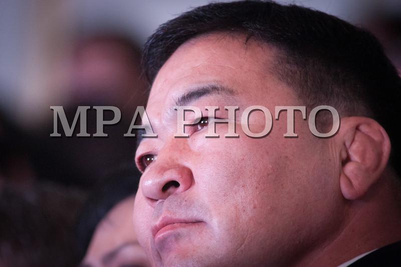 Монгол улс, Улаанбаатар хот. 2013 оны 10 дугаар сарын 27.  МАН-ын гишүүн Б.Бат-Эрдэнэ   Монгол Ардын намын 27-р Их хуралд сууж байна. Монгол Ардын намын 27-р Их хурал соёлын төв өргөөнд эхэллээ. Их хурлыг удирдан явуулж буй тус намын гишүүн, хурал зохион байгуулах комиссын дарга Д.Дэмбэрэл хурлын эхэнд энэ удаагийн Их хурлаар хэлэлцэх ерөнхий асуудлууд, хурлын хөтөлбөрийг танилцуулав. Танилцуулснаар, Их хурлаар есөн үндсэн асуудал хэлэлцэх бөгөөд үүнд, МАН-ын дарга Ө.Энхтүвшингийн улстөрийн илтгэл, Мандатын комиссын илтгэл, намын 26-р Их хурлаас хойш хийж гүйцэтгэсэн ажлын тайлан, Хяналтын ерөнхий хорооны тайлан, МАН-ын дүрмийн асуудлаарх салбар хуралдааны мэдээлэл сонсох, Намын дүрэмд өөрчлөлт оруулах тухай салбар хуралдааны мэдээлэл сонсох, Монгол Улсын 2021 он хүртэлх хөгжлийн зорилт, Намын үйл ажиллагааны шинэчлэлийн талаарх дүгнэлт, Зохион байгуулалтын асуудал зэрэг багтжээ. Их хурлаас гол хүлээлт үүсгээд буй зохион байгуулалтын асуудалд Монгол Ардын намын даргыг сонгох тухай, Бага хурлын гишүүдийг сонгох тухай, Хяналтын ерөнхий хорооны гишүүдийг сонгох тухай гэсэн асуудал багтжээ. Их хурал гурван өдөр үргэлжилж, аравдугаар сарын 29-нд өндөрлөх юм. <br /> ГЭРЭЛ ЗУРГИЙГ БЯМБАСҮРЭНГИЙН БЯМБА-ОЧИР