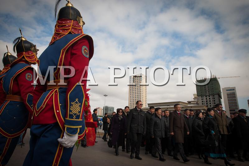 Монгол улс, Улаанбаатар хот. 2013 оны 10 дугаар сарын 27.  Монгол Ардын Намын их хурлын төлөөлөгчид Д.Сүхбаатарын хөшөөнд цэцэг өргөж байна.    Монгол Ардын намын 27-р Их хурал соёлын төв өргөөнд эхэллээ. Их хурлыг удирдан явуулж буй тус намын гишүүн, хурал зохион байгуулах комиссын дарга Д.Дэмбэрэл хурлын эхэнд энэ удаагийн Их хурлаар хэлэлцэх ерөнхий асуудлууд, хурлын хөтөлбөрийг танилцуулав. Танилцуулснаар, Их хурлаар есөн үндсэн асуудал хэлэлцэх бөгөөд үүнд, МАН-ын дарга Ө.Энхтүвшингийн улстөрийн илтгэл, Мандатын комиссын илтгэл, намын 26-р Их хурлаас хойш хийж гүйцэтгэсэн ажлын тайлан, Хяналтын ерөнхий хорооны тайлан, МАН-ын дүрмийн асуудлаарх салбар хуралдааны мэдээлэл сонсох, Намын дүрэмд өөрчлөлт оруулах тухай салбар хуралдааны мэдээлэл сонсох, Монгол Улсын 2021 он хүртэлх хөгжлийн зорилт, Намын үйл ажиллагааны шинэчлэлийн талаарх дүгнэлт, Зохион байгуулалтын асуудал зэрэг багтжээ. Их хурлаас гол хүлээлт үүсгээд буй зохион байгуулалтын асуудалд Монгол Ардын намын даргыг сонгох тухай, Бага хурлын гишүүдийг сонгох тухай, Хяналтын ерөнхий хорооны гишүүдийг сонгох тухай гэсэн асуудал багтжээ. Их хурал гурван өдөр үргэлжилж, аравдугаар сарын 29-нд өндөрлөх юм. <br /> ГЭРЭЛ ЗУРГИЙГ БЯМБАСҮРЭНГИЙН БЯМБА-ОЧИР