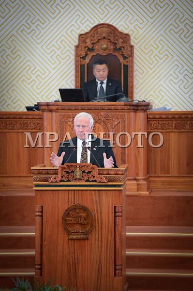 Монгол улс, Улаанбаатар хот. 2013 оны 10 дугаар сарын 25. Монгол Улсын Ерөнхийлөгчийн урилгаар манай улсад төрийн айлчлал хийж буй Канад Улсын Амбан захирагч, эрхэмсэг ноён Дэвид Жонстон Монгол Улсын Их Хурлын хүндэтгэлийн хуралдаан дээр үг хэлж байна. ГЭРЭЛ ЗУРГИЙГ Б.ЧАДРААБАЛ