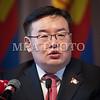 Монгол улс, Улаанбаатар хот. 2013 оны 10 дугаар сарын 27. МАН-ын Ерөнхий нарийн бичгийн дарга Г.Занданшатар үг хэлж байна.  Монгол Ардын намын 27-р Их хурал соёлын төв өргөөнд эхэллээ. Их хурлыг удирдан явуулж буй тус намын гишүүн, хурал зохион байгуулах комиссын дарга Д.Дэмбэрэл хурлын эхэнд энэ удаагийн Их хурлаар хэлэлцэх ерөнхий асуудлууд, хурлын хөтөлбөрийг танилцуулав. Танилцуулснаар, Их хурлаар есөн үндсэн асуудал хэлэлцэх бөгөөд үүнд, МАН-ын дарга Ө.Энхтүвшингийн улстөрийн илтгэл, Мандатын комиссын илтгэл, намын 26-р Их хурлаас хойш хийж гүйцэтгэсэн ажлын тайлан, Хяналтын ерөнхий хорооны тайлан, МАН-ын дүрмийн асуудлаарх салбар хуралдааны мэдээлэл сонсох, Намын дүрэмд өөрчлөлт оруулах тухай салбар хуралдааны мэдээлэл сонсох, Монгол Улсын 2021 он хүртэлх хөгжлийн зорилт, Намын үйл ажиллагааны шинэчлэлийн талаарх дүгнэлт, Зохион байгуулалтын асуудал зэрэг багтжээ. Их хурлаас гол хүлээлт үүсгээд буй зохион байгуулалтын асуудалд Монгол Ардын намын даргыг сонгох тухай, Бага хурлын гишүүдийг сонгох тухай, Хяналтын ерөнхий хорооны гишүүдийг сонгох тухай гэсэн асуудал багтжээ. Их хурал гурван өдөр үргэлжилж, аравдугаар сарын 29-нд өндөрлөх юм. <br /> ГЭРЭЛ ЗУРГИЙГ БЯМБАСҮРЭНГИЙН БЯМБА-ОЧИР