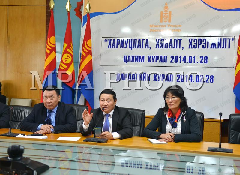 """Монгол Улс, Улаанбаатар хот. 2014 оны 1 дүгээр сарын 24. Яам, агентлагийн удирдлагуудтай сар бүр хийдэг """"Хариуцлага, хяналт, хэрэгжилт"""" цахим хурал болж, ойрын үед хийхээр төлөвлөж байгаа ажлуудаа Ерөнхий сайд танилцууллаа.<br /> <br /> """"Улсын сайн малчин"""", """"Улсын тэргүүний фермер"""", """"Улсын тэргүүний тариаланч"""", """"Улсын тэргүүний тариаланч хамт олон""""-д  шагнал гардуулах ёслол болон цагаан сард зориулсан  """"Монголд үйлдвэрлэв-Цагаан сар 2014""""  <br /> үзэсгэлэн худалдааг Үйлдвэр, хөдөө аж ахуйн яам сайн зохион байгуулсныг цахим хурлын эхэнд Ерөнхий сайд хэллээ. Энэ жилийн хувьд цагаан сард зориулсан үзэсгэлэн худалдааны борлуулалт урьд жилүүдийнхээс илүү байна. <br /> Зөвхөн нэг аймаг тэрбум төгрөгийн борлуулалт хийгээд буцаж байгаа тухай мэдээ ирж байна гэлээ.<br /> <br /> """"Монголдоо бүтээцгээе"""" жилийг зарлаж байгаатай холбогдуулан Хөдөлмөрийн яамнаас гаргасан 40-өөс дээш насныхныг ажилтай болгох болон оюутны зуны ажил, оюутны цагийн ажил зэрэг хөтөлбөрүүдийг шинэлэг болсон гэж дүгнэлээ.<br /> <br /> Бүтээн байгуулалтын ажлуудын бэлтгэлийг сайтар хангаж төлөвлөсөн зам, барилга болон цахилгаан станцуудын ажлуудыг хугацаанд нь эхлүүлж, чанартай гүйцэтгэхийг холбогдох яамны удирдлагуудад үүрэг болголоо гэж Засгийн газрын Хэвлэл мэдээлэл, олон нийттэй харилцах албанаас мэдээллээ."""