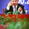 """Монгол улс, Улаанбаатар хот. 2013 оны 10 дугаар сарын 31. Сэтгүүлчдэд нээлттэй мэдээлэл өгдөг ярилцлагын эхэнд Засгийн газрын тэргүүн өмнөд хөршид хийсэн айлчлалынхаа гол үр дүнг танилцууллаа. Энэ удаагийн айлчлалаар хоёр орны ирэх 20 жилийн харилцаа, хамтын ажиллагааны чиглэлийг тодорхойлсон Стратегийн түншлэлийн харилцааг хөгжүүлэх дунд, урт хугацааны хөтөлбөрийг баталлаа. Засгийн газрын тэргүүнүүдийн хэлэлцээрийн мөрөөр хоёр орны холбогдох шатны байгууллагуудын хооронд 11 баримт бичгийг албажуулан гарын үсэг зурлаа. Хятадтай хийх худалдаа, эдийн засгийн хамтын ажиллагаанд анх удаа тодорхой тоо, хэмжээ ярьж тогтоолоо. Засгийн газрын түвшний яриа хэлэлцээнд шинэ механизм бий болгож, Ерөнхий сайд, Эдийн засгийн хөгжлийн сайд нарын түвшний уулзалтыг жил бүр хийхээр тохиролцлоо гэж Ерөнхий сайд Н.Алтанхуяг хэллээ. Мөн эдийн засгийн хамтын ажиллагааны талаарх хэлэлцээ, шийдвэрийн талаар хэд хэдэн жишээ татлаа. 50 тэрбум ам.доллартай тэнцэх өртөгтэй нэг тэрбум тонн нүүрсийг 20 жилийн хугацаанд Хятадад нийлүүлнэ. Монголд нүүрс хийжүүлэх үйлдвэр байгуулж хийн түлш гаргаад, заримыг нь Хятадад экспортолно. Өөрийн орны түүхий тосны бүтээгдэхүүн """"Монгол-93"""" шатахууны нийлүүлэлтийг 4 дахин нэмж, сард 35-40 мянган тонныг авахаар боллоо. Хилийн боомтуудыг төмөр замаар холбож, хоёр орны худалдааны албан ёсны боомтын тоог 4-өөр нэмж, далайн шинэ гарцын талаар ярилцлаа. Чухал шаардлагатай мэргэжлүүдээр өмнөд хөршид таван жилийн хугацаанд жилд 1000 оюутан сургахаар боллоо гэж Ерөнхий сайд айлчлалын үр дүнгээс танилцуулсан юм. <br /> Нээлттэй ярилцлагаар сэтгүүлчид сонирхсон асуултууддаа хариулт авдаг. Төмөр замын холбогдолтой асуудлуудаар 3 улсын ажлын хэсэг удахгүй Монголд уулзаж ярилцана, цалин тэтгэврийн хэмжээг салбар, бүтээмжээс нь хамааруулан шатлалтай нэмэхээр ирэх оны төсөвт тодорхой мөнгө суулгасан, Оюутолгойн хэлэлцээрийг урагшлуулахын тулд Ерөнхий сайдын хувиар хэд хэдэн санаачилга гаргаж, ажлыг нь эрчимжүүлсэн, баруун 3 аймагт барьж буй битүү захыг ойрын 3 сард багтаан д"""