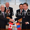 онгол улс, Улаанбаатар хот. 2013 оны 10 дугаар сарын 25. Монгол Улсын Ерөнхийлөгчийн урилгаар төрийн айлчлал хийж байгаа Канад улсын Амбан захирагч Дэвид Жонстоны айлчлалын хүрээнд Монгол, Канадын талууд нэг баримт бичиг солилцож, хоёр баримт бичигт гарын үсэг зурав.<br /> <br /> Канад улсын иргэдийг 30 хүртэл хоногийн хугацаанд Монгол Улсад визгүй зорчихыг зөвшөөрсөн ноот бичгийг Монгол Улсын Гадаад харилцааны сайд Л.Болд, Канад улсаас Монгол Улсад суугаа Онц бөгөөд Бүрэн эрхт Элчин сайд Г.Гөүлдхок нар солилцлоо. Мөн Монгол Улсын Үйлдвэр, хөдөө аж ахуйн яам, Канадын Арилжааны корпорац хооронд хөдөөгийн малчдын амьдралын төвшинг дээшлүүлэх чиглэлээр харилцан ойлголцох санамж бичигт Монгол Улсын Үйлдвэр, хөдөө аж ахуйн сайд Х.Баттулга, Канад улсаас Монгол Улсад суугаа Онц бөгөөд Бүрэн эрхт Элчин сайд Г.Гөүлдхок нар гарын үсэг зурав. Монгол Улсын ХААИС, Канадын Саскатчеваны Их сургуулийн хооронд хамтран ажиллах тухай харилцан ойлголцлын санамж бичигт Монгол Улсын ХААИС-ийн захирал Т.Хэрүүга, Канадын Саскатчеваны Их сургуулийн Хөдөө аж ахуй, био нөөцийн сургуулийн захирал Мэри Бухр нар гарын үсэг зурлаа.