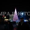 """Монгол улс, Улаанбаатар хот. 2013оны 12 дугаар сарын 31. Хуучин оноо үдэж шинэ оноо угтах он солигдох мөчид нийслэлчүүд Чингисийн талбайд цугларлаа. <br /> <br /> """"Улаанбаатарын мөнгөн шөнө"""" шинэ жилийн баярын цэнгүүнд МУГЖ Т.Ариунаа, дуучин A Cool, реппер Gee, Дөлгөөн, Рокит Бэй, """"Гурван охин"""", """"Люмино"""", """"А Sound"""", """"Compass"""", """"Rec On"""", """"Colors"""", """"UFO"""", """"The Lemons"""" зэрэг 50 гаруй уран бүтээлч, хамтлаг оролцож, шинэ жилийн баярыг нийслэлийн иргэдтэйгээ хамт өнгөрөөсөн юм.<br /> <br /> Он солигдох мөчид """"Улаанбаатарын мөнгөн шөнө"""" цэнгүүнд хүрэлцэн ирсэн зочид төв талбайг дүүргэн байлаа.ГЭРЭЛ ЗУРГИЙГ БЯМБАСҮРЭНГИЙН БЯМБА-ОЧИР"""
