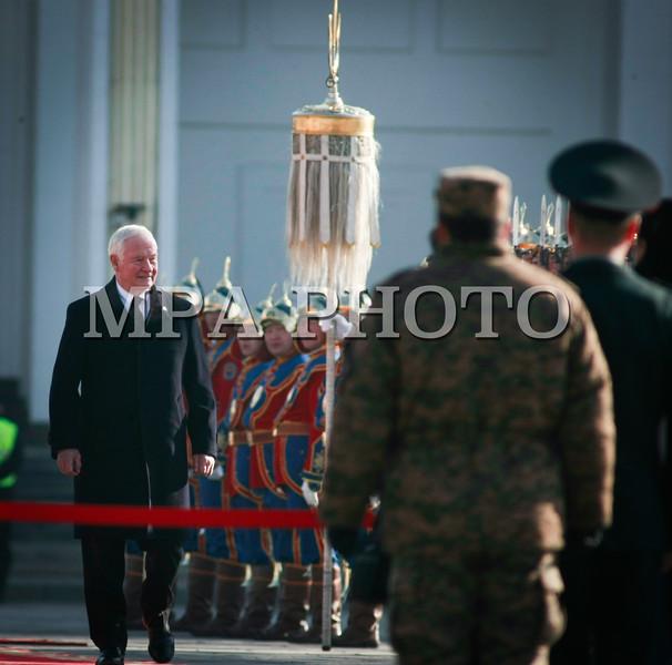 Монгол улс, Улаанбаатар хот. 2013 оны 10 дугаар сарын 25.  Канад Улсын Амбан захирагч  Дэвид Жонстон хүндэт харуулын өмнө алхаж байна. Канад Улсын Амбан захирагч Эрхэмсэг ноён Дэвид Жонстон, гэргийн хамт 10 дугаар сарын 24-26-нд Монгол Улсад төрийн айлчлал хийх юм. ГЭРЭЛ ЗУРГИЙГ Б.БЯМБА-ОЧИР