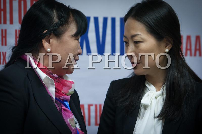 Монгол улс, Улаанбаатар хот. 2013 оны 10 дугаар сарын 27.  Монгол Ардын намын 27-р Их хурал дээр МАН-ын гишүүн П.Анужин намын гишүүнтэйгээ ярилцаж байна.  ГЭРЭЛ ЗУРГИЙГ БЯМБАСҮРЭНГИЙН БЯМБА-ОЧИР