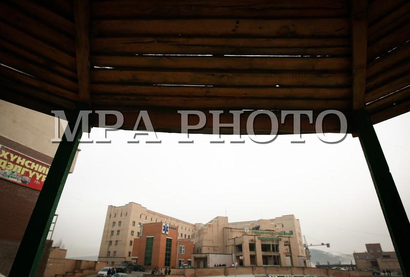 Монгол улс, Улаанбаатар хот. 2013 оны 10 дугаар сарын 30.  ГССҮТ-д хуралдаж буй Эрүүл мэндийн сайдын зөвлөлийн хурал үргэлжилж байна. Шударга бусаар, сонгон шалгаруулалт явуулалгүйгээр тус эмнэлгийн даргаар Ц.Энхбаярыг томилсныг эсэргүүцэж, өнгөрсөн есдүгээр сараас эсэргүүцлийн арга хэмжээгээ эхлүүлсэн ГССҮТ-ийн эмч нар яг одоо сайдын зөвлөлийн хурал үргэлжилж буй танхимын гадна жагсч байна. Тус эмнэлгийн 30 эмч, сувилагч, ажилтан өнгөрсөн есдүгээр сарын 30-нд ажлаас халагдах өргөдлөө эмнэлгийн удирдлагад хүргүүлсэн бөгөөд аравдугаар сарын 30 буюу өнөөдрийн дотор ГССҮТ-ийн даргын томилгоог цуцлахгүй бол ажил хаялт зохион байгуулна гэдгээ мэдэгдээд байгаа юм.ГЭРЭЛ ЗУРГИЙГ БЯМБАСҮРЭНГИЙН БЯМБА-ОЧИР