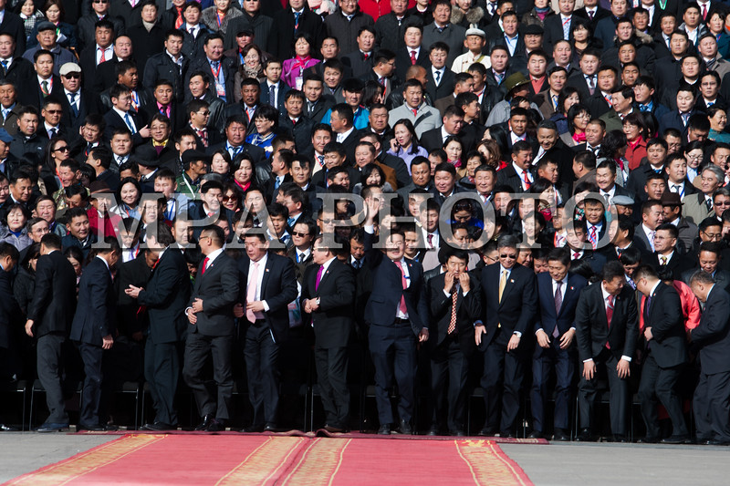 Монгол улс, Улаанбаатар хот. 2013 оны 10 дугаар сарын 27.  Монгол Ардын Намын их хурлын төлөөлөгчид Чингис хааны  хөшөөний өмнө групп фото авхуулж байна. хүндэтгэл үзүүлэв.   Монгол Ардын намын 27-р Их хурал соёлын төв өргөөнд эхэллээ. Их хурлыг удирдан явуулж буй тус намын гишүүн, хурал зохион байгуулах комиссын дарга Д.Дэмбэрэл хурлын эхэнд энэ удаагийн Их хурлаар хэлэлцэх ерөнхий асуудлууд, хурлын хөтөлбөрийг танилцуулав. Танилцуулснаар, Их хурлаар есөн үндсэн асуудал хэлэлцэх бөгөөд үүнд, МАН-ын дарга Ө.Энхтүвшингийн улстөрийн илтгэл, Мандатын комиссын илтгэл, намын 26-р Их хурлаас хойш хийж гүйцэтгэсэн ажлын тайлан, Хяналтын ерөнхий хорооны тайлан, МАН-ын дүрмийн асуудлаарх салбар хуралдааны мэдээлэл сонсох, Намын дүрэмд өөрчлөлт оруулах тухай салбар хуралдааны мэдээлэл сонсох, Монгол Улсын 2021 он хүртэлх хөгжлийн зорилт, Намын үйл ажиллагааны шинэчлэлийн талаарх дүгнэлт, Зохион байгуулалтын асуудал зэрэг багтжээ. Их хурлаас гол хүлээлт үүсгээд буй зохион байгуулалтын асуудалд Монгол Ардын намын даргыг сонгох тухай, Бага хурлын гишүүдийг сонгох тухай, Хяналтын ерөнхий хорооны гишүүдийг сонгох тухай гэсэн асуудал багтжээ. Их хурал гурван өдөр үргэлжилж, аравдугаар сарын 29-нд өндөрлөх юм. <br /> ГЭРЭЛ ЗУРГИЙГ БЯМБАСҮРЭНГИЙН БЯМБА-ОЧИР