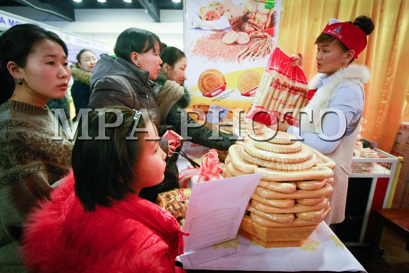 """Монгол улс, Улаанбаатар хот. 2014 оны 1 дүгээр сарын 15.  """"Монголд үйлдвэрлэв - Цагаан сар 2014"""" үзэсгэлэн нээгдлээ<br /> <br /> <br /> <br />   <br /> MPA PHOTO/ Б.БЯМБА-ОЧИР"""