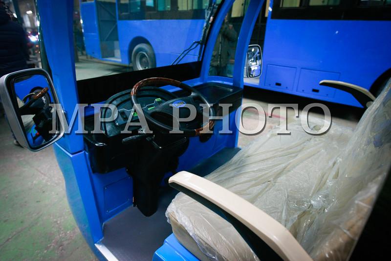 """Монгол Улс, Улаанбаатар хот. 2014 оны 1 дүгээр сарын 22.  Нийслэлийн захиалгаар монгол инженерүүдийн угсарсан суудлын цахилгаан машины нээлт """"Цахилгаан тээвэр"""" компанид боллоо. <br /> MPA PHOTO/ Г.ӨНӨБОЛД"""