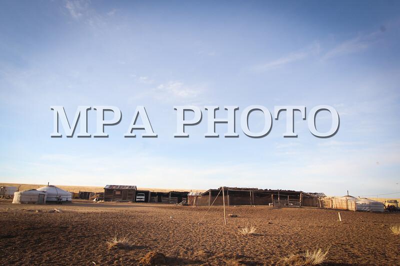 Монгол Улс, Дундговь аймгийн Дэлгэрцогт сум. 2014 оны 1 дүгээр сарын 16.  <br /> Цагаан сарын баяр дөхсөн энэ өдрүүдэд хот хөдөөгүй сэлтгэл ажлаа базааж, хөл хөөртэйхэн байгаагийн нэгэн адилаар  Б.Доржсүрэнгийн хот айл ч эртлэн босчээ.<br />  Б.Доржсүрэнгийнх өнөө жил 70 хэвийн боов хийх бөгөөд 25-аар нь тавга засч үлдсэнийг нь хот хүрээний ах дүү нартаа шинэ сарын хишиг болгон тарааж мал төллөх цагаар идэх тооцоотой аж.<br /> <br /> MPA PHOTO/ Ц.МЯГМАРСҮРЭН
