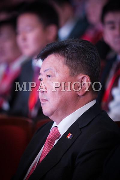 Монгол улс, Улаанбаатар хот. 2013 оны 10 дугаар сарын 27. Монгол Ардын намын 27-р Их хурал дээр  МАН-ын гишүүн Н.Энхболд сууж байна. Монгол Ардын намын 27-р Их хурал соёлын төв өргөөнд эхэллээ. Их хурлыг удирдан явуулж буй тус намын гишүүн, хурал зохион байгуулах комиссын дарга Д.Дэмбэрэл хурлын эхэнд энэ удаагийн Их хурлаар хэлэлцэх ерөнхий асуудлууд, хурлын хөтөлбөрийг танилцуулав. Танилцуулснаар, Их хурлаар есөн үндсэн асуудал хэлэлцэх бөгөөд үүнд, МАН-ын дарга Ө.Энхтүвшингийн улстөрийн илтгэл, Мандатын комиссын илтгэл, намын 26-р Их хурлаас хойш хийж гүйцэтгэсэн ажлын тайлан, Хяналтын ерөнхий хорооны тайлан, МАН-ын дүрмийн асуудлаарх салбар хуралдааны мэдээлэл сонсох, Намын дүрэмд өөрчлөлт оруулах тухай салбар хуралдааны мэдээлэл сонсох, Монгол Улсын 2021 он хүртэлх хөгжлийн зорилт, Намын үйл ажиллагааны шинэчлэлийн талаарх дүгнэлт, Зохион байгуулалтын асуудал зэрэг багтжээ. Их хурлаас гол хүлээлт үүсгээд буй зохион байгуулалтын асуудалд Монгол Ардын намын даргыг сонгох тухай, Бага хурлын гишүүдийг сонгох тухай, Хяналтын ерөнхий хорооны гишүүдийг сонгох тухай гэсэн асуудал багтжээ. Их хурал гурван өдөр үргэлжилж, аравдугаар сарын 29-нд өндөрлөх юм. <br /> ГЭРЭЛ ЗУРГИЙГ БЯМБАСҮРЭНГИЙН БЯМБА-ОЧИР