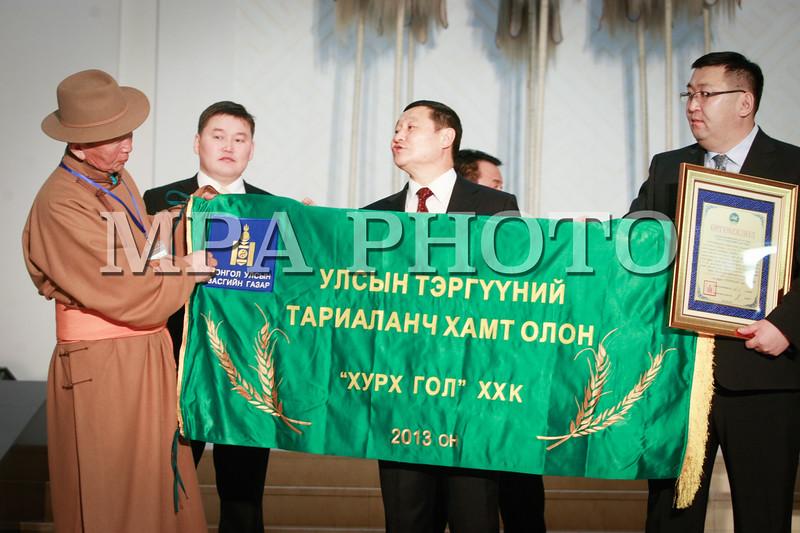 """Монгол Улс, Улаанбаатар хот. 2014 оны 1 дүгээр сарын 24. Мал аж ахуй, газар тариалангийн салбарт тухайн ондоо ажил үйлсээрээ тэргүүлсэн малчид, тариаланчдыг Улаанбаатарт урьж авчран шагналыг нь гардуулдаг уламжлал өнгөрсөн жилээс эхэлсэн. 2013 оны ажлаараа тэргүүлж, """"Улсын сайн малчин"""", """"Улсын тэргүүний фермер"""", """"Улсын тэргүүний тариаланч"""", """"Улсын тэргүүний тариаланч хамт олон""""-оор шалгарсан шилдгүүдэд Монгол Улсын Ерөнхий сайд Н.Алтанхуяг  өргөмжлөл, цол тэмдгийг нь Төрийн ордны Ёслол хүндэтгэлийн өргөөнд өнөөдөр гардууллаа. <br />  MPA PHOTO/ Б.БЯМБА-ОЧИР"""