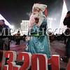 """Монгол улс, Улаанбаатар хот. 2013оны 12 дугаар сарын 31. Хуучин оноо үдэж шинэ оноо угтах он солигдох мөчид нийслэлчүүд Чингисийн талбайд цугласан иргэд өвлийн өвгөнтэй гэрэл зургаа авхуулж байна.<br /> <br /> """"Улаанбаатарын мөнгөн шөнө"""" шинэ жилийн баярын цэнгүүнд МУГЖ Т.Ариунаа, дуучин A Cool, реппер Gee, Дөлгөөн, Рокит Бэй, """"Гурван охин"""", """"Люмино"""", """"А Sound"""", """"Compass"""", """"Rec On"""", """"Colors"""", """"UFO"""", """"The Lemons"""" зэрэг 50 гаруй уран бүтээлч, хамтлаг оролцож, шинэ жилийн баярыг нийслэлийн иргэдтэйгээ хамт өнгөрөөсөн юм.<br /> <br /> Он солигдох мөчид """"Улаанбаатарын мөнгөн шөнө"""" цэнгүүнд хүрэлцэн ирсэн зочид төв талбайг дүүргэн байлаа.ГЭРЭЛ ЗУРГИЙГ БЯМБАСҮРЭНГИЙН БЯМБА-ОЧИР"""