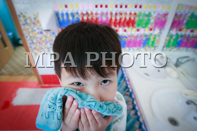 """Монгол Улс, Улаанбаатар хот. 2014 оны 1 дүгээр сарын 23. Мянганы сорилтын сангийн Хүүхдийг Ивээх Сан 2011 оноос эхлэн """"Хүүхдэд ээлтэй загвар цэцэрлэг""""-ийн төслийг хэрэгжүүлж эхэлсэн билээ.<br /> Энэхүү төсөлд Нийслэлийн дөрвөн дүүргийн 38 цэцэрлэг буюу 20.262 хүүхэд, тэдний эцэг эх, 610 багш, 542 туслах багш, 166 эмч, арга зүйч, эрхлэгч хамрагдсан бөгөөд тэдний нэг нь Нийслэлийн тэргүүний 22 дугаар цэцэрлэг юм.<br /> Тэгвэл өнөөдөр 22 дугаар цэцэрлэгийнхэн төслийг хэрхэн хэрэгжүүлж, ээлтэй, загвар цэцэрлэг болж чадсанаа олон нийтэд тайлагнаж, үзүүлэх хөтөлбөр зохион байгууллаа. Хөтөлбөрт, цэцэрлэгийн хүүхдүүд, эцэг эхчүүд, багш, заах арга зүйчид оролцож, хүүхдийн хүмүүжил, сурах арга барилыг хэрхэн сайжруулснаа харуулсан юм.<br />  MPA PHOTO/ Б.БЯМБА-ОЧИР"""