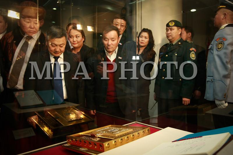 """Монгол улс, Улаанбаатар хот. 2014 оны 1 дүгээр сарын 14.  Монгол Улсын ардчилсан шинэ Үндсэн хуулийн 22 жилийн ой тохиож буйтай холбогдуулан """"Төрийн бэлгэдэл"""" үзэсгэлэнгийн нээлт Төрийн ордон, Парламентын түүхийн хөгжлийн танхимд боллоо.<br /> <br />  <br /> MPA PHOTO/ Б.БЯМБА-ОЧИР"""