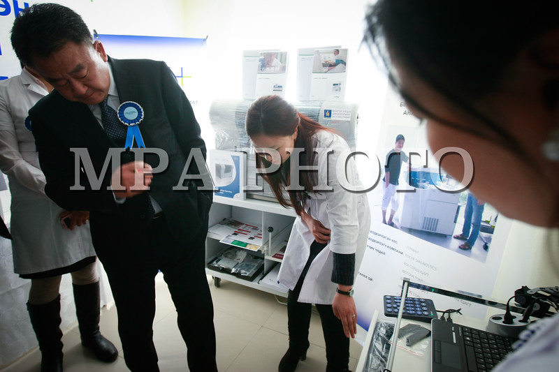 Монгол Улс, Улаанбаатар хот. 2014 оны 1 дүгээр сарын 24. Ерөнхий сайдын хөрөнгө оруулалтын багцын төсвийн хөрөнгөөс санхүүжүүлж 11 аймгийн төвд оношилгооны төв байгуулж байна. Тоног төхөөрөмж болон аймгуудын нэгдсэн оношилгооны төвийн засварын ажилд Ерөнхий сайдын багцын хөрөнгийн тэн хагасыг, тодруулбал 25 тэрбум 977 сая төгрөг зарцуулсан юм.<br /> <br /> Архангай, Баян-Өлгий, Баянхонгор, Дорноговь, Говь-Алтай, Завхан, Сэлэнгэ, Сүхбаатар, Увс, Хэнтий, Хөвсгөл аймгуудад ийм төв байгуулж байна. Эдгээрээс эхний ээлжинд оношилгоонытөвийн байраа бэлэн болгосон Сүхбаатар, Сэлэнгэ, Хэнтий, Увс аймгууд руу өнөөдөр Улаанбаатар хотоос эмнэлгийн тоног төхөөрөмж явууллаа.<br /> <br /> Япон, Солонгос, Франц, Герман, Итали, Хятад, Бразил улсад үйлдвэрлэсэн 27 нэр төрлийн 240 ширхэг багаж, тоног төхөөрөмж нийлүүлэгдэж байна. Эдгээр нь Дэлхийн эрүүл мэндийн байгууллагын стандарт хангасан, ажиллуулахад хялбар бүрэн автомат, орчин үеийн дэвшилтэт технологитой оношилгоо шинжилгээний шинэ тоног төхөөрөмжүүд юм. Тоног төхөөрөмжийн баталгаа, засвар үйлчилгээ, тохиргоо зэргийг нийлүүлэгч 6 компани 3 хүртэл жилийн хугацаанд бүрэн хариуцна.<br /> <br /> Нийлүүлэгч компаниуд аймаг бүрт очиж, тус тоног төхөөрөмж дээр ажиллах эмч, эмнэлгийн ажилчдыг сургаж байна. Дүрс оношилгооны гэх мэт өндөр ур чадвар шаардсан аппарат дээр ажиллах эмч нарыг Солонгос улсад явуулж сургахаа зарим нийлүүлэгч дуулгалаа.<br /> <br /> Шинэ тоног төхөөрөмжүүд суурилуулснаар аймгууд оношилгоо шинжилгээг клиникийн том эмнэлгүүдийн түвшинд хийж чаддаг болно. Шинжилгээ өгөх гэж хот уруу ирдэг хөдөөгийн иргэдийн урсгал 60 хувь буурах бол орон нутгийн эмч нар шинжилгээний хариу, оношийг улсын төв эмнэлэг, зөвлөх эмчид цахимаар илгээн шууд зөвлөгөө авдаг болно.<br /> <br /> Эмнэлгийн тусламж үйлчилгээг хот, хөдөөгийн хаана ч ижил түвшинд хүргэхийн тулд Шинэчлэлийн Засгийн газраас 11 аймагт оношилгооны төв байгуулах ажлыг энэ оны 3 дугаар сар гэхэд бүрэн дуусгана гэж Засгийн газрын Хэвлэл мэдээлэл, олон нийттэй харилцах ал