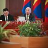 """Монгол улс, Улаанбаатар хот. 2013 оны 12 дугаар сарын 23. Долоо хоног бүрийн даваа гаригт зарлагддаг """"Бүтээн байгуулалтын цаг уулзалт"""" өнөөдөр Төрийн ордонд болж Оюутолгой төслийн хэрэгжилтийн талаар Ерөнхий сайд Н.Алтанхуяг холбогдох албаны хүмүүсээс мэдээлэл сонслоо. <br /> <br /> """"Эрдэнэс Оюутолгой"""" ХХК-ийн гүйцэтгэх захирал Да.Ганболдын мэдээллээр """"Оюутолгой"""" ХХК нь баяжуулах үйлдвэрийг ашиглалтад оруулснаар энэ сарын 18-ний байдлаар 252.2 мянган тонн зэсийн баяжмал үйлдвэрлэжээ. Үйлдвэрлэсэн баяжмалынхаа 70.2 мянган тонныг БНХАУ-ын Ганц модны боомтын Хуафанг гаалийн баталгаат агуулахад тээвэрлэж хүргүүлснээс хайлуулах үйлдвэрүүд 16.9 мянган тонн зэсийн баяжмалыг татан авсан мэдээтэй байгаа аж. Ирэх оны хувьд 692.3 мянган тонн зэсийн баяжмал үйлдвэрлэнэ гэсэн тооцоо гаргажээ. Дээрх хэмжээний зэсийн баяжмал үйлдвэрлэж импортолж чадсан нөхцөлд эдийн засагт томоохон дэмжлэг үзүүлэх боломжтойг """"Эрдэнэс оюутолгой"""" ХХК-ийн гүйцэтгэх захирал онцоллоо. <br /> <br /> """"Оюутолгой""""ХХК-ийн Төлөөлөн удирдах зөвлөл хоёр долоо хоногийн өмнө хуралдсан. Уг хуралдаанаар тус компанийн 2014 оны үйл ажиллагааны хөтөлбөр болон төсвийг баталжээ. Ингэхдээ хөрөнгө оруулалтын зардлыг 1.283 сая ам.доллар, борлуулалтын нийт орлогыг 2.653 сая ам.доллар байхаар тооцсон аж. <br /> <br /> Оюутолгой төслийн үйл ажиллагаанд энэ сарын 1-ний байдлаар 2587 монгол ажилчин, 285 гадаад мэргэжилтнүүд ажиллаж байгаа бөгөөд ажил үйлчилгээ гүйцэтгэж буй гэрээлэгч компаниудын ажилтнуудыг оролцуулбал нийт 7743 ажиллагсад байгаа. Нийт ажиллагчдын 93.3 хувь нь буюу 7222 нь Монгол ажилчид юм байна. <br /> <br /> Оюутолгой төслийг эрчим хүчээр хангахын тулд Тавантолгойн цахилгаан станц төсөл дээр Эрчим хүчний яам, төслийг хэрэгжүүлэгч нэгж, бусад холбогдох байгууллагуудтай хамтарч төслийг боловсруулах, хөрөнгө оруулагчийг татан оролцуулах үйл ажиллагаанд хамтран ажиллаж байгаа аж. Мөн """"Оюутолгой"""" ХХК нь Ханбогд сумын Засаг даргын Тамгын газартай хамтран ажиллах хүрээнд сумын төвд 5 км хатуу хучилттай авто замыг """