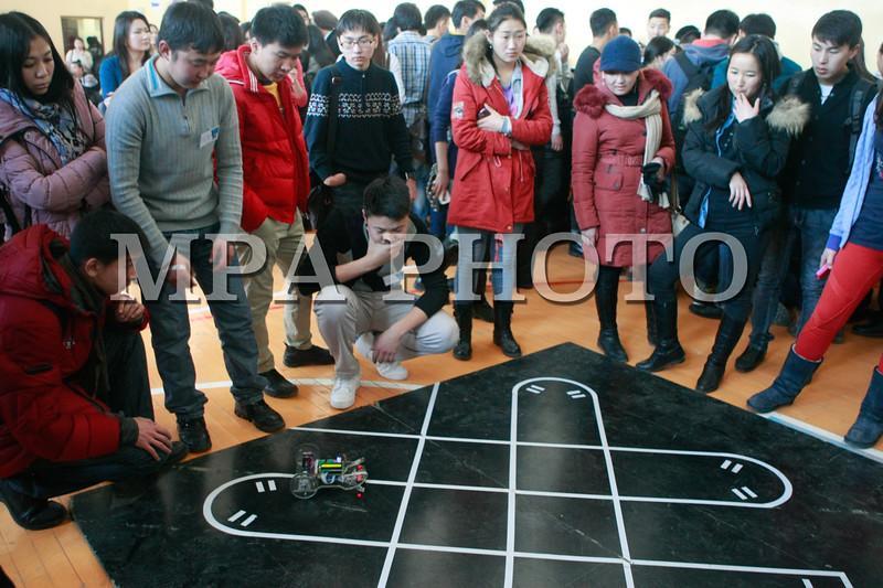 Монгол улс, Улаанбаатар хот. 2013 оны 11 дүгээр сарын 29.Их дээд сургуулийн оюутнууд, ЕБС-ын сурагчдын зохион бүтээсэн роботын үзэсгэлэн боллоо. Өмнө нь Робокон тэмцээнд оролцож байсан туршлагатай зохион бүтээгчдээс гадна анх удаа 10 жилийн сурагчдийн бүтээлийг дэлгэж байгаа аж. ГЭРЭЛ ЗУРГИЙГ БЯМБА-ОЧИР
