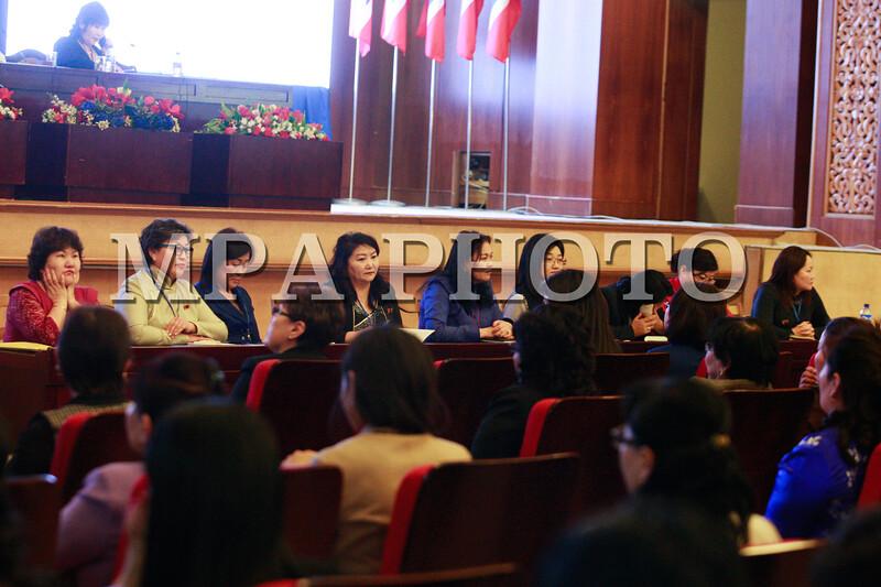 2016 оны нэгдүгээр сарын 18-ны өдөр. Ардчилсан намын дэргэдэх эмэгтэйчүүдийн байгууллага болох Ардчилсан эмэгтэйчүүдийн холбооны дөрөвдүгээр дээд чуулган өнөөдөр Төрийн ордонд болж байна.<br /> Чуулганаар Ардчилсан эмэгтэйчүүдийн Холбооны тэргүүний сонгууль болж, одоогийн тэргүүн, УИХ-ын гишүүн Ц.Оюунгэрэл халаагаа өгөх юм.<br /> Ардчилсан эмэгтэйчүүдийн холбооны тэргүүнд өрсөлдөхөөр Л.Нармандах,  З.Нарантуяа, С.Одонтуяа, Г.Хажидмаа, Г.Байгальмаа, Л.Эрдэнэчимэг, Б.Ургамалцэцэг, И.Нарантуяа, Ц.Одонтунгалаг, Д.Оюунцэцэг, Д.Цэрэнчимэг нар нэр дэвшжээ. ГЭРЭЛ ЗУРГИЙГ Б.БЯМБА-ОЧИР/MPA