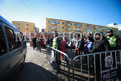 """2016 оны Аравдугаар сарын 21. Нийслэлийн Засаг даргын захирамжаар 2016 оны 2 дугаар ээлжийн цэрэг татлага 10 дугаар сарын 21, 22-ны өдрүүдэд явагдаж байна. Нийслэлийн Засаг дарга бөгөөд Улаанбаатар хотын захирагч С.Батболд өнөөдөр цэрэг татлагын явцтай танилцлаа. Чингэлтэй дүүргийн хувьд цэрэг татлагын үйл явц хэвийн үргэлжилж байгаагаас гадна цэрэгт явах хүсэлтэй залуусын тоо ч нэмэгдсэнийг хэлсэн юм. Хотын дарга энэ үеэр """"Эмч нартай уулзаж байхад залуус эрүүл мэндийн шалтгаанаар хасагдах тохиолдол багассан байна. Цэргийн насны залуусын эрүүл мэндийн байдал дээшилсэн нь ажиглагдлаа. Чингэлтэй дүүргийн хувьд татагдан ирж байгаа бүх хүүхдээ эрүүл мэндийн урьдчилан сэргийлэх үйл ажиллагаанд хамруулдаг юм байна. Өнгөрсөн онд эрүүл мэндийн шалтгаанаар хасагдсан хүүхдүүдээ бүтэн жилийн турш дүүргийн эрүүл мэндийн нэгдэл болон өрхийн эмнэлгүүд анхаарч ажилладаг. Хоёрдугаарт, залуучуудын бие бялдар сайжирч, цэрэгт явах хүсэлтэй залуус ч олширсон байна."""" гэлээ.  Нийслэлийн цэргийн штабын дарга, хурандаа Ж.Болдбаатар """"Энэ удаагийн цэрэг татлага шинэ хуулиар явагдаж байгаагаараа онцлог. Батлан хамгаалах болон бусад хуульд 26 нас хүрээд цэргийн алба хаагаагүй иргэн дүйцүүлэх албыг мөнгөн төлбөрийн хэлбэрээр хаадаг. Энэ үйл ажиллагааг шинэ хуулиар зохицуулж өгсөн. Өнөөдрийн байдлаар нийслэлийн хэмжээнд цэргийн дүйцүүлэх алба хаасан 1124 иргэн 591,3 сая төгрөгийн төлбөр төлж, төрийн санд төвлөрүүлээд байна."""" гэсэн юм. Чингэлтэй дүүргийн цэргийн штабынхан цэрэгт татагдаж байгаа залуусыг хүссэн ангидаа хувиарлагдах боломж олгоход анхаарч ажиллаж байгаагаа хотын даргад танилцууллаа гэж Нийслэлийн ЗДТГ-ын Хэвлэл мэдээлэл, олон нийттэй харилцах хэлтсээс мэдээллээ. ГЭРЭЛ ЗУРГИЙГ Б.БЯМБА-ОЧИР/MPA"""