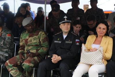 """2019 оны наймдугаар сарын 08. ОХУ-ын Батлан хамгаалах яамнаас зохион байгуулдаг Олон улсын цэргийн наадам энэ жил 10 улсын нутаг дэвсгэрт 38 төрлөөр наймдугаар сарын 3-10-ны өдрүүдэд болж байгаа юм.  Өмнөх наадмуудад Монгол Улсын Зэвсэгт хүчний бие бүрэлдэхүүнээс """"Танкийн биатлон"""", """"Мэргэн буудагчийн зааг"""", """"Цэргийн хээрийн гал тогоо"""" тэмцээнд оролцож байсан бол энэ жил анх удаагаа зохион байгуулагч улсын статустайгаар """"Аравт"""" олон улсын морин цэргийн уралдааныг зохион байгууллаа.  Уралдаанд оролцогчоор Монгол Улс, Оросын Холбооны Улс, Бүгд Найрамдах Казакстан Улс, Бүгд Найрамдах Киргиз Улсын зэвсэгт хүчний бие бүрэлдэхүүн, Америкийн Нэгдсэн Улс, Бүгд Найрамдах Хятад Улс, Бүгд Найрамдах Зимбабве Улс, Бүгд Найрамдах Социалист Вьетнам Улс ажиглагчаар оролцсон юм.  Тэмцээн хоёр өдөр, нэг шөнийн турш үргэлжилж эхний өдөр 130 км-т морь бугуйлдан түүнийгээ уналгад бэлтгэх, мориор усан болон бусад саадыг туулах, молцог элсэнд хоноглож сум, галт хэрэгслээ мориор зөөвөрлөх зэрэг даалгавар гүйцэтгэсэн юм. Харин тэмцээний хоёр дахь өдөр 7.2 км-ийн богино зайд явганаар гараанаас гарч гранат шидэх, саад туулж буудлага хийх, мориноос гранат шидэх зэрэг даалгаврыг гүйцэтгэлээ.  ТЭМЦЭЭНД МОНГОЛ УЛСЫН БАГ ТҮРҮҮЛЭВ Хоёр гарааны нэгдсэн дүнгээр тэмцээнийг ЗХЖШ-ын Сургалтын хэлтсийн Биеийн тамир, спортын тасгийн мэргэжилтэн, дэд хурандаа Ч.Мөнхтүшиг дасгалжуулагчтай Зэвсэгт хүчний 120, 232, 256, 330 дугаар ангийн шилдэг офицер, ахлагчдаас бүрдсэн Монгол Улсын Зэвсэгт хүчний баг тэргүүллээ.Харин хоёрдугаар байранд, Бүгд Найрамдах Казакстан, гуравдугаар байранд Бүгд Найрамдах Киргиз, Оросын Холбооны Улсын Зэвсэгт хүчний бие бүрэлдэхүүн орж, тэмцээнээ өндөрлүүлэв.  Тэмцээний хаалтын ёслолын үеэр Монгол Улсын Ерөнхийлөгч, Зэвсэгт хүчний Ерөнхий командлагч Х.Баттулга Тавантолгой дахь Зэвсэгт хүчний сургалтын нэгдсэн төвд хүрэлцэн очсон юм.  Мөн хаалтын ёслолд Батлан хамгаалахын сайд Н.Энхболд, ЗХЖШ-ын дарга, хошууч генерал А.Ганбат, Монгол Улсын Ерөнхийлөгчийн Тамгын газрын дарга З.Энхболд,"""