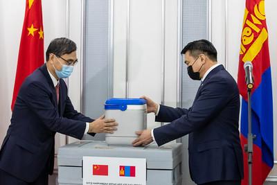 """2021 оны хоёрдугаар сарын 23. Монгол Улс хөрш орон БНХАУ-аас КОВИД-19 халдварт цар тахлын эсрэг дархлаажуулалтын 300 мянган тун Синофарм вакциныг хүлээж авлаа. Тус 150 мян/хүн тун вакциныг хүлээн авах ёслолын ажиллагаанд Монгол Улсын Шадар сайд, Улсын онцгой комиссын дарга С.Амарсайхан, Эрүүл мэндийн сайд С.Энхболд, Батлан хамгаалахын сайд Г.Сайханбаяр, Гадаад харилцааны яамны Төрийн нарийн бичгийн дарга Н.Анхбаяр, БНХАУ-аас Монгол Улсад суугаа Элчин сайд Чай Вэньруй зэрэг албаны хүмүүс оролцов. Шадар сайд С.Амарсайхан хэлсэн үгэндээ """"БНХАУ-ын Засгийн газар, ард иргэдээс Монгол Улсад цар тахал дэгдсэн цагаас эхлэн дэмжлэг үзүүлж, эмнэлгийн хэрэгсэл, тоног төхөөрөмж зэргийг хандивласаар ирсэнд гүнээ талархаж байна. Энэ удаа вакцин илгээж буй нь цар тахлын эсрэг хийж буй бидний тэмцлийг богино хугацаанд илүү үр дүнд хүргэхэд багагүй хувь нэмэр оруулна гэдэгт итгэлтэй байна. ДЭМБ-аас Синофарм вакциныг хэрэглээнд нэвтрүүлэх зөвшөөрлийг яаралтай горимоор олгоно хэмээн найдаж байна"""" гэсэн юм. БНХАУ-ын Синофарм компани, Бээжингийн биотехнологийн хүрээлэнгийн хөгжүүлсэн тус вакциныг яаралтай горимоор хэрэглээнд нэвтрүүлэх зөвшөөрөл олгох асуудлыг ДЭМБ судалж байгааг ДЭМБ-ын Монгол дахь Суурин төлөөлөгч Сергей Диордица өнөөдөр албан ёсоор мэдэгдсэн. Монгол Улсын ЭМЯ-ны харьяа Хүний эмийн зөвлөл энэхүү вакциныг зөвшөөрөлтэй эмийн бүтээгдэхүүний жагсаалтад бүртгээд байна гэж Засгийн газрын Хэвлэл, мэдээлэлтэй харилцах газраас мэдээллээ. ГЭРЭЛ ЗУРГИЙГ Б.БЯМБА-ОЧИР/MPA"""