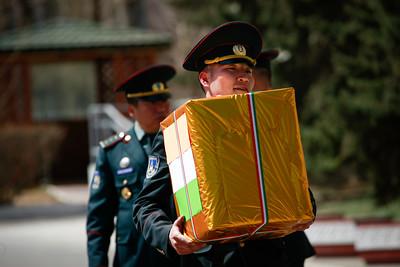 2019 тавдугаар сарын 06.  өдрүүдэд Монгол Улс, БНЭУ-ын Батлан хамгаалах яамд хоорондын 9 дэхь удаагийн зөвлөлдөх уулзалт Улаанбаатар хотноо болж байна. Зөвлөлдөх уулзалтад Батлан хамгаалахын дэд сайд Т.Дуламдорж, БХЯ-ны Стратегийн бодлого,төлөвлөлтийн газрын дарга, бригадын генерал, Г.Сайханбаяр, БХЯ-ны Гадаад хамтын ажиллагааны газрын дарга, хурандаа Э.Гансүх, БНЭУ-ын БХЯ-ны Төлөвлөлт хариуцсан Тэргүүн Төрийн нарийн бичгийн дарга БхараТ Кера, БНЭУ-ын БХЯ-ны Олон улсын бодлогын газрын зөвлөх, хурандаа Сачин Мехта тэргүүтэй албаны хүмүүс оролцлоо. Уулзалтаар Монгол Улс, БНЭУ-ын Батлан хамгаалах салбарын харилцаа, хамтын ажиллагаа дээд, дунд түвшний харилцан айлчлалыг  хэрэгжүүлэх, энхийг сахиулах болон тусгай хүчний чиглэлээр хамтарсан сургалт, дадлага хийх  зэрэг хэлбэрээр амжилттай хөгжиж байгааг дурдав. Цаашид цэргийн алба хаагчдыг кибер аюулгүй байдал, англи хэлний сургалтад хамруулах, тусгай хүчний хамтарсан хээрийн сургууль зохион байгуулах ажлуудыг үргэлжлүүлэх талаар ярилцсан юм.  Зөвлөлдөх уулзалтын үеэр Монгол Улсын Зэвсэгт хүчний үүрэг гүйцэтгэх чадавхыг нэмэгдүүлэхэд БНЭУ-ын Зэвсэгт хүчний зүгээс буцалтгүй тусламжаар 50 нэгж иж бүрэн цэргийн зориулалттай шүхрийг Монголын талд хүлээлгэн өгөх ёслолын арга хэмжээ БХЯ-наа боллоо.  ГЭРЭЛ ЗУРГИЙГ Г.ӨНӨБОЛД /МРА