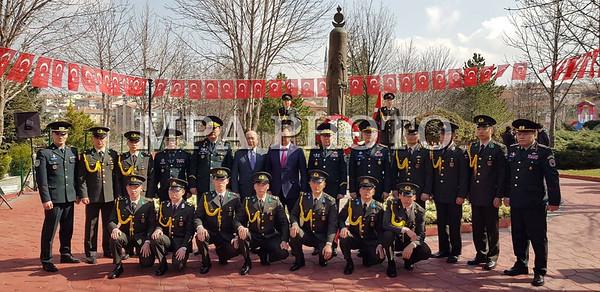2019 оны гуравдугаар сарын 14.   Монгол Улсын Засгийн газрын гишүүн, Батлан амгаалахынн сайд Н.Энхболд энэ сарын 13-15-ны өдрүүдэд Бүгд найрамдах Турк улсад албан ёсны айлчлал хийлээ. Түүний айчлалын албан ёсны төлөөлөгчдөөр Монгол улсаас БНТурк улсад суугаа онц бөгөөд бүрэн эрхт элчин сайд Р.Болд, БХЯ-ны Стартегийн бодлого төлөвлөлтийн газрын дарга, бригадын генерал Г.Сайханбаяр, ЗХЖШ-ын орлогч дарга, хошууч генерал Ж.Бадамбазар, БХЯ-ны Гадаад хамтын ажиллагааны гарын дарга, хурандаа Гансүх нарын төлөөлөгчид байлцлаа. Олон жилийн найрамдалт харилцаатай байж ирсэн манай хоёр орны хооронд худалдаа эдийн засаг, хүмүүнлэгийн үйл ажиллагаа эрчимтэй явагдаж ирсэн. Харин  1999 оноос эхлэн 2 улсын Батлан хамгаалах салбарын харилцаа хамтын ажиллагаа шинэ түвшинд эхлэн хэрэгжиж эхэлсэн түүхтэй. Батлан хамгаалахын сайдын энэхүү айлчлал  олон жилийн дараа Турк улсад айлчилж буй томоохон айлчлалуудын нэг  болж байна гэдгийг онцолж байсан юм. Ийнхүү БНТУрк улсын Үндэсниий Батлан хамгаалахын сайд ХУЛУСИ АКАР Монгол Улсын Батлан хамгаалахын сайд Н.ЭНХБОЛДЫГ хүндэтгэн угтлаа. Дээрхи айчлалаар хоёр тал ганцаарчилсан болон, төлөөлөгчдийн хамт өргөтгөсөн уулзалтуудыг зохион байгуулан 2 улсын Батлан хамгаалах салбарын харилцаа хамтын ажиллагааны талаар харилцан ярилцлаа. Батлан хамгаалахын сайдын айлчлалын хүрээнд Анкара хотод байрлах Машин Механизм, химийн аж үйлдвэрийн корпрацийн үйл ажиллагаатай танилцсанн юм. Тус үйлдвэр нь 1923 онд Батлан хамгаалах салбарын анхны компани болон байгуулагдсанаас хойш бүх төрлийн зэвсэг, сум  галт хэрэгслийг үйлдвэрлэдэг Батлан хамгаалах салбарын томоохон үйлдвэрлэгч болон үйл ажиллагаагаа явуулж иржээ. БНТурк улсын Анкара хот дахь хуурай замын цэргийн их сургуульд Монгол улсаас өнөөдрийн байдлаар 22 сонсогч цэргийн нарийн мэргэжлүүдээр суралцаж байна. Батлан хамгаалахын сайд Н.Энхболд сонсогч оюутнуудтай уулзан,тэдний санаа сэтгэгдлийг сонсоны дээр Их эзэн Чингис хааны дурсгалын хөшөөнөө цэцэг өргөн хүндэтгэл үзүүлсэн юм.  ГЭРЭЛ ЗУРГИЙГ Б.БЯМБА-ОЧИР